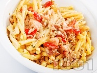 Рецепта Паста (макарони) с риба сьомга и сос от домати, зехтин, лук и босилек